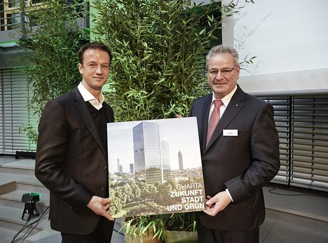 BGL_Fredi Bobic unterzeichnet Charta Zukunft Stadt und Grün
