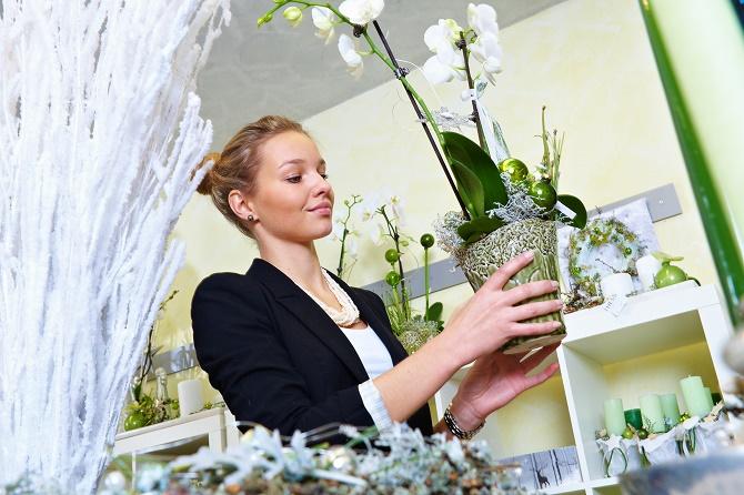 Bildunterschrift: Es muss in der Adventszeit nicht immer Rot sein – eine weiße Schmetterlingsorchidee mit Accessoires in grün und silber wirkt frisch und den-noch festlich. (Bildnachweis: GMH/BVE)