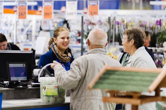 Zufriedene Kunden am Eröffnungstag im WERKERS WELT Fachmarkt Hermsdorf