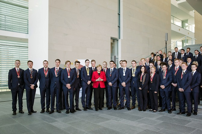 """Bundeskanzlerin Angela Merkel empfängt die deutschen Teilnehmer der internationalen Berufsweltmeisterschaft """"WorldSkills"""", im Bundeskanzleramt."""