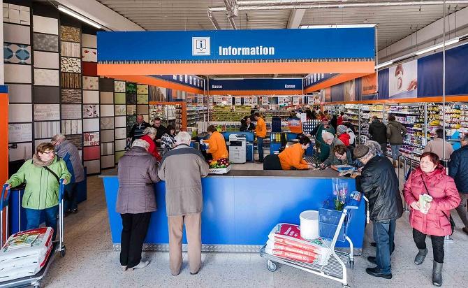 Die Einwohner von Waltershausen (Thüringen) sind glücklich: Endlich wieder ein Baumarkt! freuen sie sich und kommen schon am Eröffnungstag in großer Zahl.