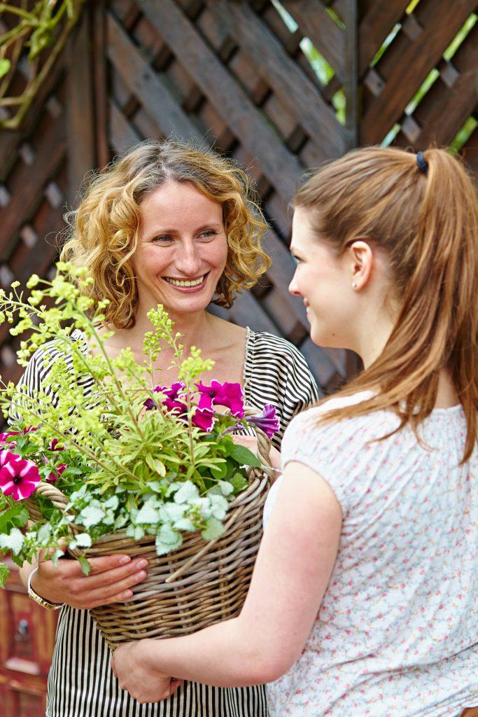 Bildunterschrift: Freude schenken: Ein realer Blumengruß am Muttertag, 8. Mai, kommt mit Sicherheit besser an, als eine virtuelle Nachricht. (Bildnachweis: GMH/BVE)