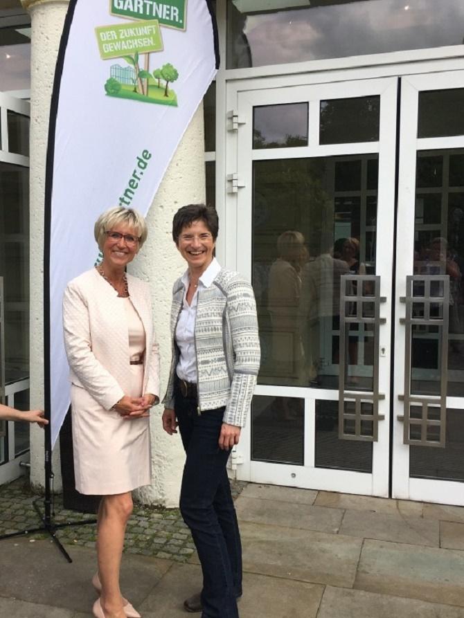 Dr. Anke Schirocki (rechts) wünscht Eva Kähler-Theuerkauf (links) viel Erfolg für Ihre Aufgabe als Präsidentin des Landesverbands Gartenbau NRW