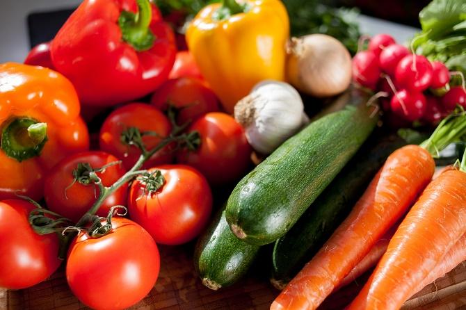 Bildunterschrift: Jetzt ist die Auswahl an heimischem Gemüse besonders groß. Ganz frische Ware gibt es direkt beim Gemüsegärtner. (Bildnachweis: GMH/LVW)