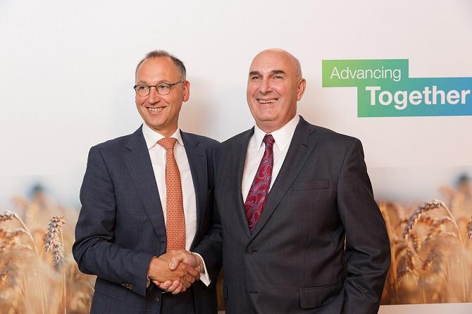 Werner Baumann (links), Vorsitzender des Vorstands der Bayer AG, und Hugh Grant, Chairman und Chief Executive Officer von Monsanto. ------------------------------------------------------- Werner Baumann (left), CEO of Bayer AG, and Hugh Grant, Chairman and Chief Executive Officer of Monsanto.