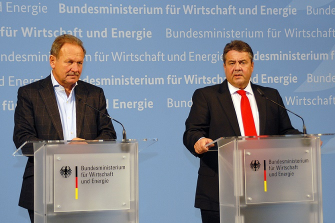 Bundeswirtschaftsminister Sigmar Gabriel (rechts) und der Vorsitzende der Dienstleistungsgewerkschaft verdi, Frank Bsirske (links) Foto: © BMWi/Susanne Eriksson