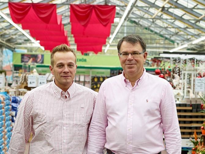 Harald Stolz (rechts) und Maik Steinborn, Marktleiter hagebaumarkt Euskirchen, freuen sich über die Neueröffnung nach nur 12 wöchiger Umbauphase.